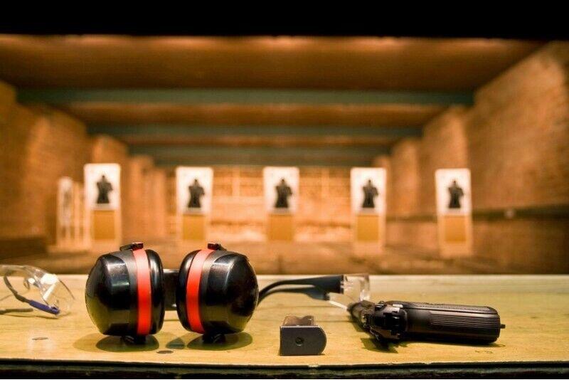 """Strzelanie z 4 rodzajów broni bojowej w """"Hobio centras"""" w Kłajpedzie na Litwie"""