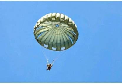 Skok okrągłym spadochronem w Możejkach na Litwie