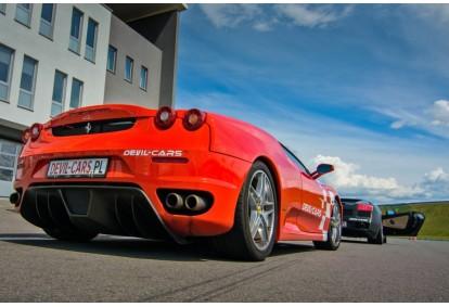Przejażdżka samochodem Ferrari F430 jako pasażer na torze głównym Poznań