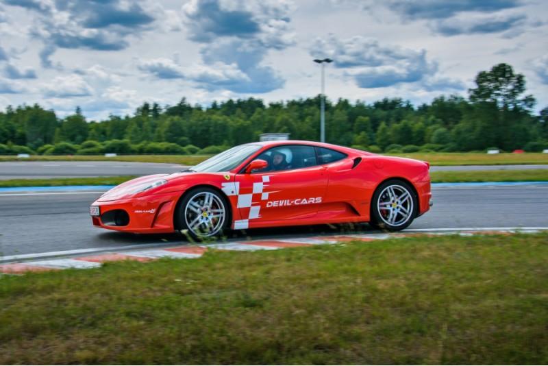 Przejażdżka za kierownicą samochodu Ferrari F430 na torze głównym Poznań