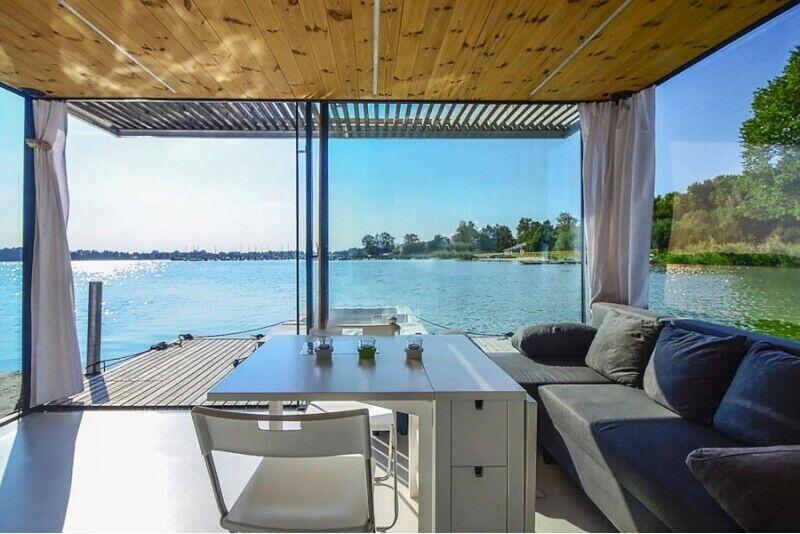 Rodzinny weekend w domku na wodzie nad jeziorem w Mielnie