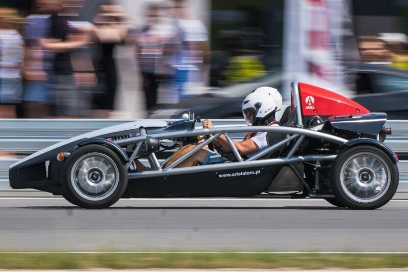 Pojedynek aut Ariel Atom i KTM X-BOW na torze głównym Poznań