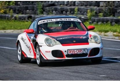 Pojedynek aut KTM X-BOW i Porsche 911 Carrera w wybranym mieście