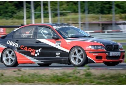 Pojedynek aut Subaru Impreza WRX i BMW M Power E46 w wybranym mieście