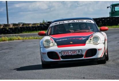 Pojedynek aut BMW BiTurbo Performance i Porsche 911 Carrera w wybranym mieście