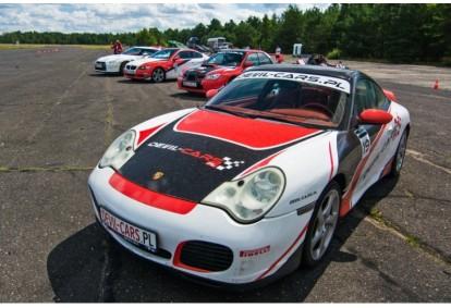 Pojedynek aut Subaru Impreza WRX i Porsche 911 Carrera w Poznaniu