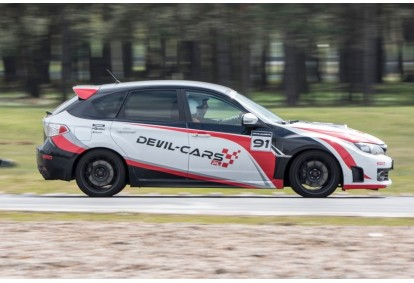 Pojedynek aut Subaru i BMW w wybranym mieście