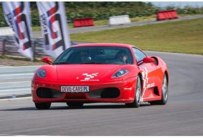 Pojedynek aut Ferrari F430 i Lamborghini Gallardo w wybranym mieście