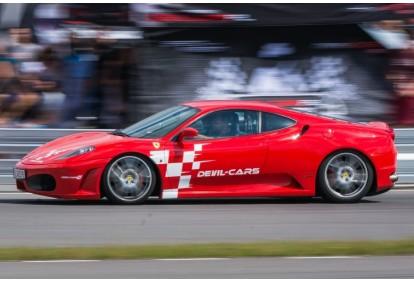 Pojedynek aut Ferrari F430 i Audi R8 w Poznaniu
