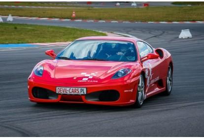 Pojedynek aut Ferrari F430 i Audi R8 w wybranym mieście