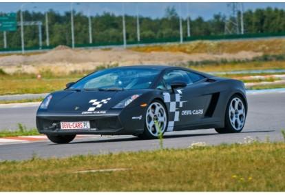 Pojedynek aut Lamborghini Gallardo i Audi R8 w wybranym mieście