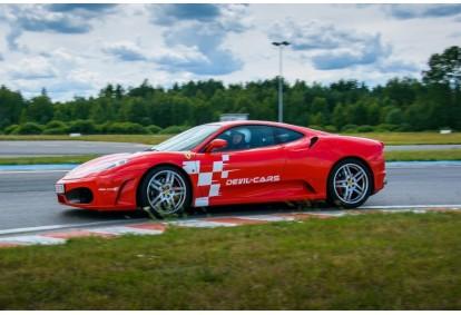 Pojedynek aut Ferrari F430 i Ariel Atom w Poznaniu