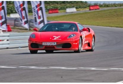 Pojedynek aut Ferrari F430 i Ariel Atom w wybranym mieście