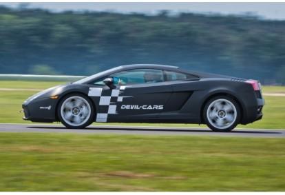 Pojedynek aut Lamborghini, Ferrari i Audi w wybranym mieście
