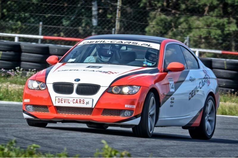Pojedynek aut Ariel Atom i BMW BiTurbo Performance w wybranym mieście
