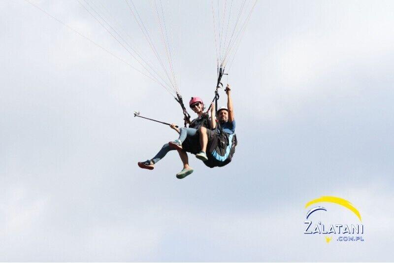 Akrobatyczny lot paralotnią w Borsku