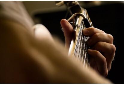 Lekcja gry na gitarze