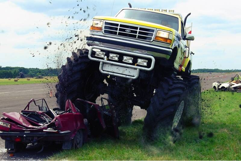 Tarowanie wraków Monster Truck