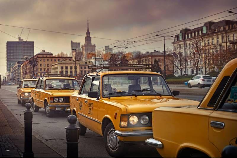 Zwiedzanie Warszawy z przewodnikiem na pokładzie Fiata 125p