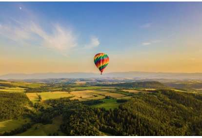 Lot balonem o wschodzie słońca w wybranym mieście
